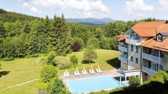 Hotel Ahornhof Aussenansicht mit Pool